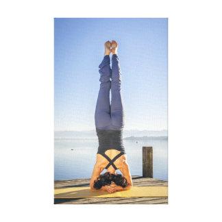 Yoga en el lago lienzo envuelto para galerías