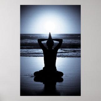 Yoga en la noche en la playa con reflecti de la Lu Póster