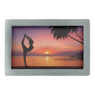 Yoga en la playa en la puesta del sol hebilla de cinturon rectangular