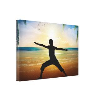 Yoga en la playa lona envuelta para galerías