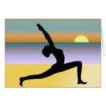 Yoga en la tarjeta de felicitación de la playa