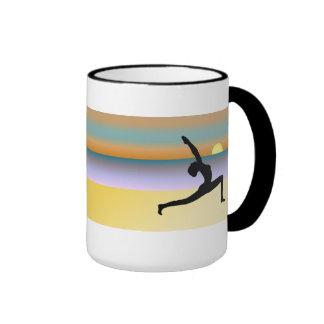 Yoga en la taza del té o de café de la actitud de