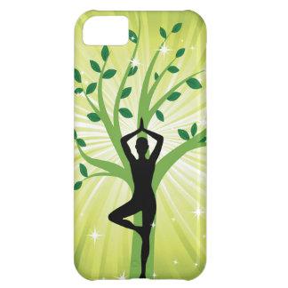 Yoga en verde con el árbol creciente funda para iPhone 5C