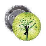 Yoga en verde con el árbol creciente pin