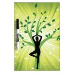 Yoga en verde con el árbol creciente pizarra
