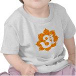 Yoga OM en el naranja de Lotus Camiseta