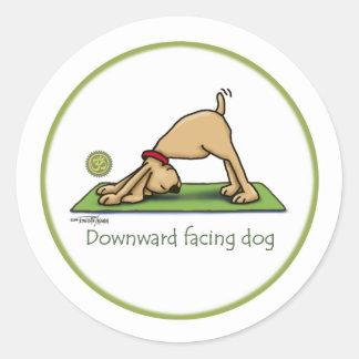Yoga - perro boca abajo pegatina redonda