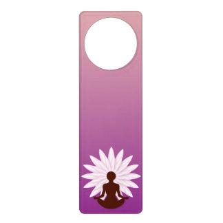 Yoga practicante de la chica joven colgador para puerta