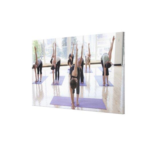 yoga practicante de la clase con el instructor en  impresion en lona