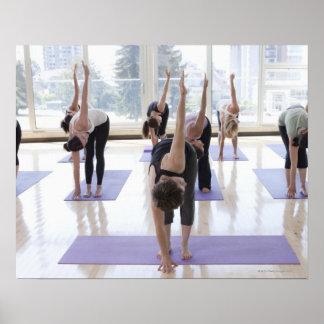 yoga practicante de la clase con el instructor en póster