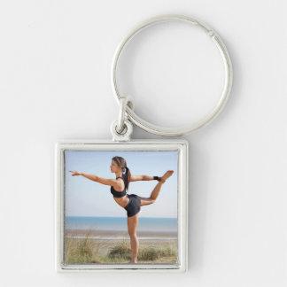 Yoga practicante de la mujer en la playa llavero cuadrado plateado