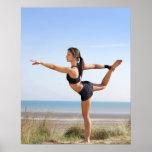 Yoga practicante de la mujer en la playa impresiones