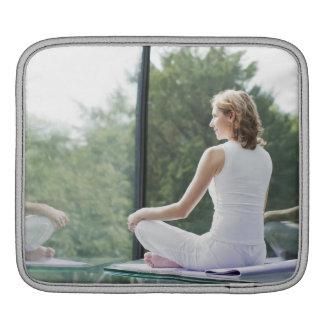 Yoga practicante de la mujer funda para iPads