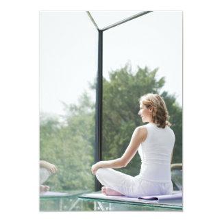 Yoga practicante de la mujer invitación 12,7 x 17,8 cm