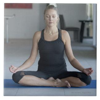 Yoga practicante de la mujer madura azulejo cuadrado grande
