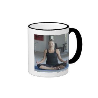 Yoga practicante de la mujer madura taza de dos colores