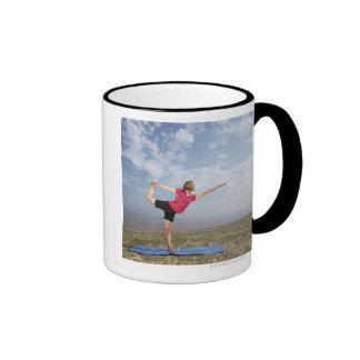 Yoga practicante de la mujer por la playa taza de dos colores