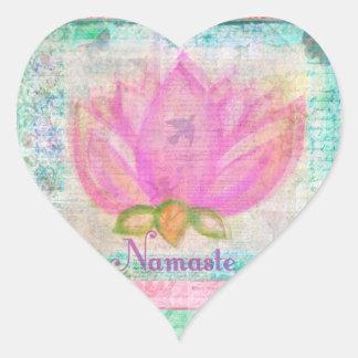 Yoga rosada de Namaste del flor de Lotus Pegatina En Forma De Corazón