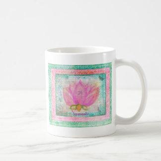 Yoga rosada de Namaste del flor de Lotus Taza Clásica