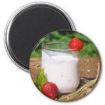 yogur con la fruta en un tablero imán para frigorífico