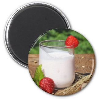 yogur con la fruta en un tablero imán redondo 5 cm