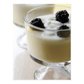Yogur de la vainilla con las zarzamoras postal