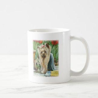 Yorkie en taza de café de la taza de la impresión