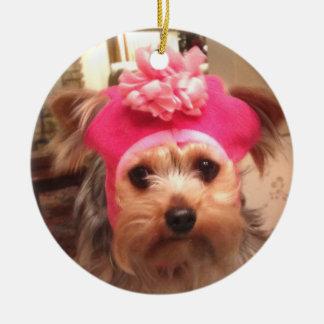 Yorkie en un gorra adorno navideño redondo de cerámica