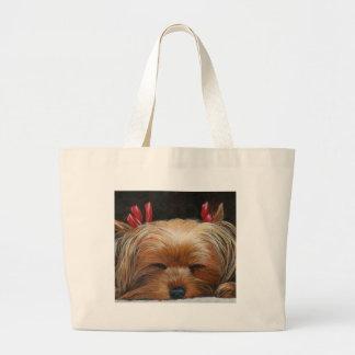 Yorkie soñoliento con los regalos del arte del mas bolsa