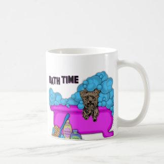 Yorkshire Terrier en tina de baño Tazas De Café