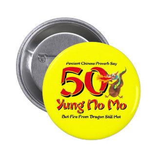 Yung ningún 50.o cumpleaños del MES Pin Redondo De 2 Pulgadas