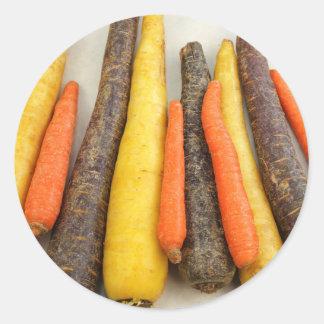Zanahorias amarillas y anaranjadas púrpuras crudas pegatina redonda