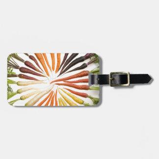 Zanahorias coloridas de la diversión etiquetas maleta