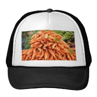 Zanahorias en el mercado de los granjeros gorras