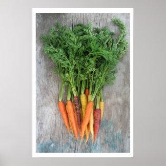 Zanahorias frescas coloridas en la tabla de madera impresiones