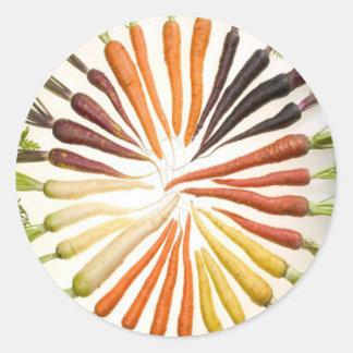 Zanahorias multicoloras del arco iris pegatina redonda