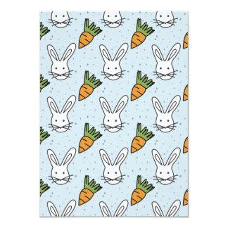"""Zanahorias y modelo del conejito en un fondo azul invitación 4.5"""" x 6.25"""""""