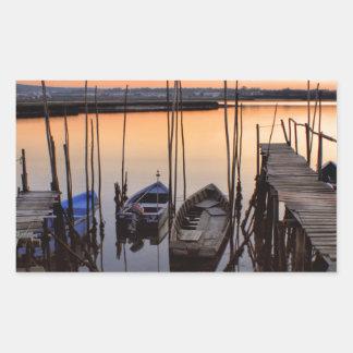 Zanco del embarcadero en el río pegatina rectangular
