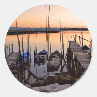 Zanco del embarcadero en el río pegatina redonda