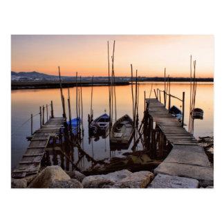 Zanco del embarcadero en el río tarjetas postales