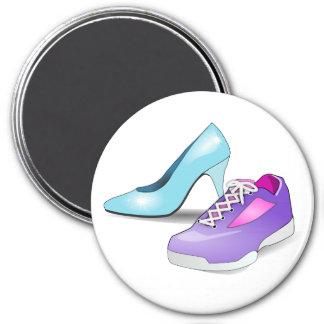 Zapatilla de deporte corriente y zapato de tacón a iman para frigorífico