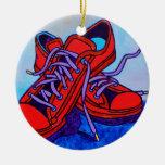 Zapatillas de deporte rojas dos ornamento de reyes magos