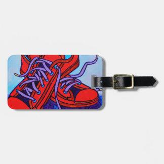 Zapatillas de deporte rojas dos etiqueta para maleta
