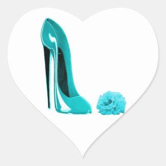 Zapato del estilete de la turquesa y subió pegatina en forma de corazón
