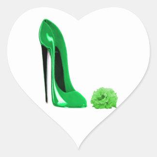 Zapato del estilete del verde esmeralda y subió pegatina en forma de corazón