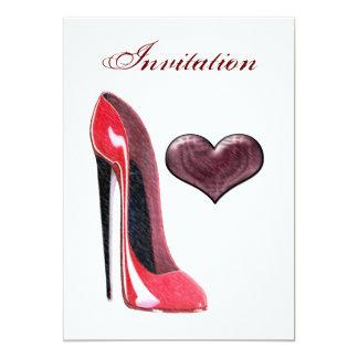 Zapato del estilete e invitación rojos del corazón
