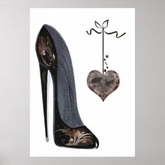 Zapato del estilete y poster negros del corazón