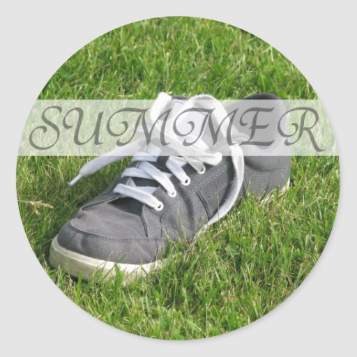 Zapato del verano en hierba en el pegatina