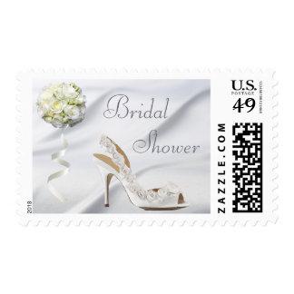 Zapato elegante del boda y ducha nupcial del ramo sello postal