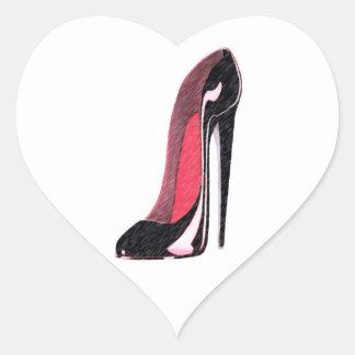 Zapato izquierdo negro brillante del estilete pegatina en forma de corazón